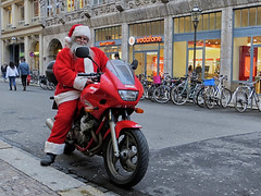 Santa Claus is coming by motorcycle this year. (ingrid eulenfan) Tags: leipzig weihnachtsmann santaclaus motorrad motorcycle motorbike yamaha strasse street bike