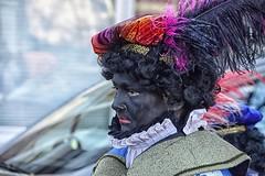een verre blik (Gerard Stolk (sur le chemin de Noël)) Tags: thehague denhaag lahaye zwartepiet haag intocht sintnicolaas