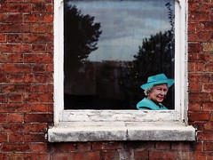 Her Majesty the Queen visiting (pix-4-2-day) Tags: queen elisabeth elisabethii hm königin uk britain british window fenster backsteine bricks wall brick mauer fassade red rot blau blue reflection reflexion scheibe pane sky tree himmel baum bäume fugen hermajesty bristol windowsill fensterbank turquoise türkis hat hut pearlearring perlenohrring lipstick lippenstift