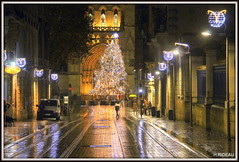 BORDEAUX : Mon beau sapin !! (Les photos de LN) Tags: bordeaux gironde portdelalune nouvelleaquitaine ruevitalcarles rails pavés tram sapin lumière illuminations cathédrale effetmiroir
