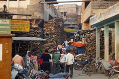 2018-10-23 0243 Indien, Varanasi, Innenstadt, Manikarnika Ghat, Brennholz (Joachim_Hofmann) Tags: indien varanasi ganges ghat manikarnikaghat brennholz feuerbestattung hinduismus