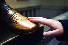 Fuß von Faust (ingrid eulenfan) Tags: leipzig germany auerbachskeller faust schuh statue hand berührung touch mädlerpassage