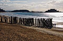 Luz rasante (juanmzgz) Tags: saintmalo bretaña francia fortnational atardecer mar playa luz postes