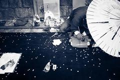 L1004991 (kaichung) Tags: street leica leicamp leicasummicron35mmf20 35mmf20 japan city cityscape architecture cityofjapan citylight streetphotography streetpeople streetleica monochrome blackwhite blackandwhite kyoto 窗戶 人 建築物 路 單色 京都