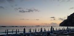 20181007_184433 (kriD1973) Tags: europe europa italia italien italie italy campania kampanien campanie costiera amalfitana amalfi coast côte amalfitaine amalfiküste salerno salerne positano mediterraneo méditerranée mediterranean sea mar mare mer beach spiaggia strand plage playa tirreno sunset tramonto sonnenuntergang coucher soleil dämmerung crepuscolo twilight abenddämmerung zwielicht crépuscule ombrelloni