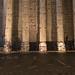 Die antiken beleuchteten Säulen Roms bei Nacht