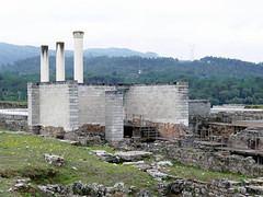 Yacimiento. Recreación de columnas del Foro (Conimbriga, Portugal) (Juan Alcor) Tags: foro columnas recreacion yacimiento conimbriga portugal ruinas romanas romano