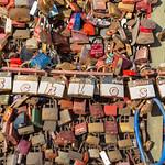 Mit Namen gravierte Schlösser hängen an der Hohenzollerbrücke in Köln thumbnail