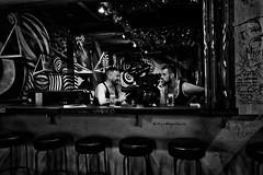 Cambodge - Happy hours dans un bar de Pub Street à Siem Reap. (Gilles Daligand) Tags: cambodge cambodia bar pubstreet happyhours bière hommes noiretblanc bw monochrome leica q