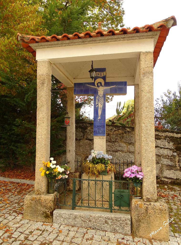"""Águas Frias (Chaves) - ... o cruzeiro do Senhor dos Milagres ... (que inicialmente esteve no antigo cemitério, onde hoje é o Largo do """"Concelho"""")  e após a construção do atual cemitério foi transferido para este lugar ..."""