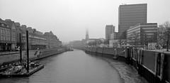 Zollkanal, Hamburg (Uup115) Tags: hamburg hafencity zollkanal bw wandrahmsteg blackandwhite canal urban architecture fog foggy