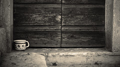 la ciotola (Enrico Piolo) Tags: antico vecchio legno porta paese abbandono ciotola