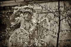 In Straubing / Niederbayern (wwwuppertal) Tags: straubing ostbayern niederbayern freistaatbayern sw schwarzweis bw blackandwhite noiretblanc blancetnoir getont toned tonung toning monochrome monochrom skulptur sculpture stein stone schild wappen schwert sword armor armour urlaub vacation 1988 slide transparency dia schwarzweiskonvertierung blackandwhiteconversion contaxrts tokinazoom80200mmf4