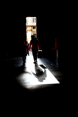 L' anno vecchio se ne va (meghimeg) Tags: 2018 portone door uomo man rosso red rot uscita luce light valigia luggage backlight controluce backlit
