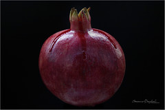 Bloody pomegranate (ermannobraghiroli) Tags: frutta pomegranate гранатовый 石榴 رمان nar ザクロ portrait fruits blood sangue melograno black