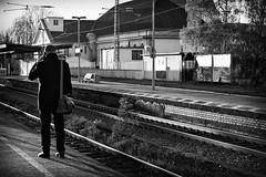 OKSF 241 (Oliver Klas) Tags: okfotografien oliver klas street streetfotografie streetphotography strassenfotografie streetart streetphotographer streetphoto stadtleben streetlife streetculture urban schwarzweis schwarzweissfotografie blackandwhite monochrom farblos abstrakt dunkel hell grau schwarz weiss black white sw schwarzweiss personen people menschen persons volk familie angehörige bewohner bevölkerung leute europäer mann frau gesellschaft menschheit mensch völker architecture building kunst art künstler kultur künstlerisch deutschland germany stadt city europa deutsch staat westdeutschland ostdeutschland norddeutschland süddeutschland de