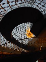 Sous la pyramide ... (soleil bleu) Tags: louvre pyramide escalier sculpture throne verrière musée paris