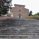 Treppen führen zu einer alten Kapelle in Rom thumbnail