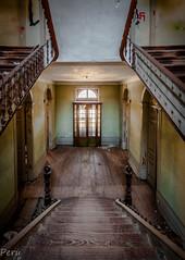 Downstairs (Perurena) Tags: escaleras stairs escadas peldaños madera wood hotel abandono decay suciedad dirty puerta door vestíbulo hall urbex urbanexplore