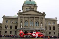 REGA Helikopter Airbus Helicopters H145 / EC145T2 Serial 20212 Register HB - ZQH ( Swiss Air Rescue - Baujahr 2018 ) auf dem Bundesplatz vor dem Bundeshaus in der Altstadt - Stadt Berrn im Kanton Bern der Schweiz (chrchr_75) Tags: christoph hurni schweiz suisse switzerland svizzera suissa swiss albumzzz201811november november 2018 chrchr chrchr75 chrigu chriguhurni chriguhurnibluemailch sveitsi sviss スイス zwitserland sveits szwajcaria suíça suiza schweizerische eidgenossenschaft stadt city ville kanton altstadt bern bärn berne berna bundeshaus palais fédéral palazzo federale gebäude building archidektur parlamentsgebäude regierungsgebäude regierung parlament sandstein curia confoederationis helveticae confoederatio helvetica helvetia hauptstadt capitol
