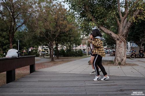 在圍欄上放著手機,錄下舞姿的女孩倆。