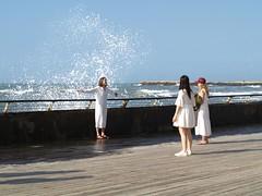 Девушки в белых платьях (unicorn7unicorn) Tags: море набережная люди девушки брызги вода платья тельавив 365the2019edition 3652019 day74365 15mar19
