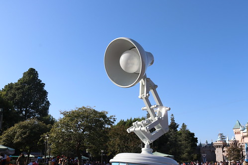 "Luxo Jr. - Pixar Play Parade Disneyland • <a style=""font-size:0.8em;"" href=""http://www.flickr.com/photos/28558260@N04/31103019397/"" target=""_blank"">View on Flickr</a>"