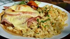 Allgäuer Schnitzel mit Käse überbacken und Spätzle (Sanseira) Tags: schnitzel käse überbacken spätzle allgäuer hirblinger hof augsburg oberhausen gasthaus