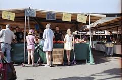 Versailles - Juin 2014 (Maestr!0_0!) Tags: nikon f3 fujicolor fuji negatif couleur 200 film pellicule street rue people market marché versailles epson v700
