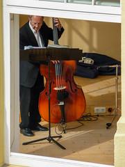 Der Kontrabass (Art de Lux) Tags: borkum bass kontrabass doublebass musiker musician bassist bassplayer fenster window menschen personen people music notenständer musicstand tz5 artdelux musikpavillon deutschland germany musik
