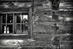 Kunstvolle Balkenverfügung (Helmut Reichelt) Tags: bw sw wagnerei wagnergütl balkenverfügung kunstvoll haus kreuz beil museumsdorf freilichmuseum dreiburgensee tittling kirche wallfahrtskapelle bayerischerwald sommer august niederbayern bavaria deutschland germany leica leicam typ240 captureone11 silverefexpro2 leicasummilux35mmf14asphii
