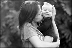 Mi hija y mi nieto II (mavricich) Tags: monocromo monocromático misiones mamá hija hijo nieto film foma f15 85mm summarex leica leitz ltm l39 latinoamérica amor hierba retrato