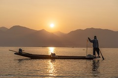 Fishermen in the morning - Inle Lake (Captures.ch) Tags: clear klar burma birma inle myanmar shan aufnahme capture sunrise sonnenaufgang morning morgen morgendämmerung dawn water wasser wald tree sky see river mountains landschaft landscape lake hügel himmel hill forest fluss baum
