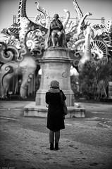 l'Attrape-rêves (Mathieu HENON) Tags: leica leicam m240 noctilux 50mm monochrome laphotodulundi nb bnw noirblanc blackwhite france paris 5ième arrondissement jardindesplantes lamarck naturaliste photoderue streetphoto statue dinosaures attraperêves rêve