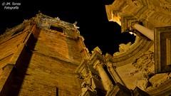 Puerta de los Hierros y Miguelete. Catedral de Valencia (Josema Torres) Tags: valencia catedral miguelete contrapicado piedra perspectiva hierros escultura gotico valenciano plaza a77 1650ssm sony 35mm18sony