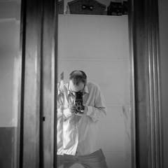 Autoportrait (Denis G.) Tags: 2018 hc110 hp5 rolleiflex35a portraitsurbains