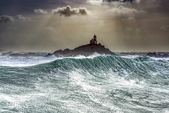 Tevennec le phare maudit (Ronan Follic) Tags: jaune france bretagne finistere iledesein tevennec phare lighthouse mer sea seascape seascapes tempête storm vague vagues wave canon ronanfollic