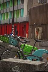 Volets et vélos (Edgard.V) Tags: paris parigi bicycle bicivleta fenêtre janela windows ventanasvert verde green bleu azul blue
