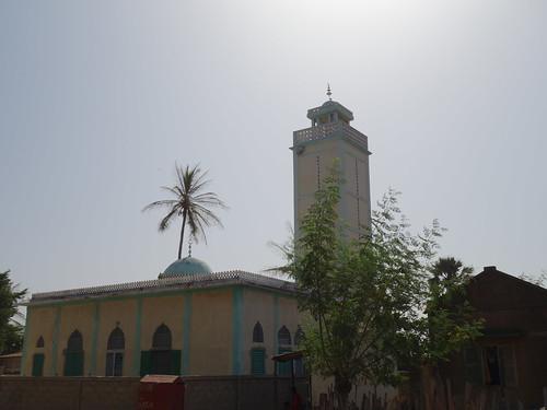 Voici la mosquée de Mar Lodge, mais il y a aussi une église pour les catholiques, et un baobab sacré pour les animistes (et symbole des trois religions)