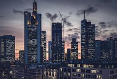 20190118-_DSC5294 (A/D-Wandler) Tags: frankfurt frankfurtammain hessen deutschland bankenviertel hochhaus wolkenkratzer blauestunde skyline lichter fassade stadt architektur gebäude commerzbanktower omniturm eurotower himmel wolken rot taunusturm maintower gardentower abend