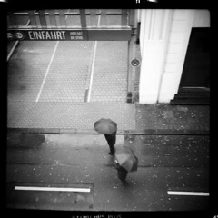 Stadt (tiltdesign2016) Tags: ilfordilfosol319 ilfordhp5400asa 400800 analogphotography bw adoxgolf63 canoncanoscan9000f mittelformat wuppertal elberfeld stadt street strase stroll regen