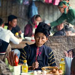 Vietnam - Au restaurant à Bao Lac. (Gilles Daligand) Tags: vietnam baolac restaurant populaire femme table déjeuner happyplanet asiafavorites