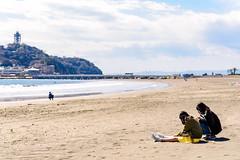 Girls on the east beach of Enoshima : 江の島東浜にて (Dakiny) Tags: 2019 spring march japan kanagawa fujisawa enoshima katasekaigan shonancoast city street people sea sky blue bluesky nikon d750