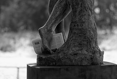 L'art d'écrire - The art of writing (p.franche On - Off) Tags: bokeh sony sonyalpha65 dxo photolab bruxelles brussel brussels belgium belgique belgïe europe pfranche pascalfranche schaerbeek schaarbeek parcjosaphat josaphatpark journal statue pierre bronze nature parc newspaper stone park art skancheli monochrome noiretblanc blackandwhite zwartwit blanconegro schwarzweis μαύροκαιάσπρο inbiancoenero 白黒 黑白 чернобелоеизображение svartochvitt أبيضوأسود mustavalkoinen שוואַרץאוןווייַס bestofbw