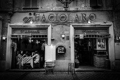 Faciolaro (Janne Räkköläinen) Tags: rome streetphotographing streetview streetlife city cityview citylife urban people phone blackwhite bw bnw tourists 2018 october snapshot restaurant eat caughtbytelephone modernlife canon6d canonphotography canonphotographing onholiday moment photo photographing amateur amateurphotography amateurphotographing faciolaro rooma ravintola katukuvaus