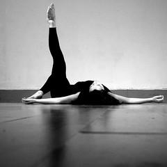Contemporary Dance (Francisco (PortoPortugal)) Tags: 2492017 20171015fpbo6759 contemporarydance dança dance martaaguilar indoors interiores performance porto portugal portografiaassociaçãofotográficadoporto pessoas people franciscooliveira