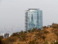 Asomando (0_miradas_0) Tags: titaniumlaportada rascacielos torre edificio parquemetropolitano cerrolosgemelos arbustos vegetación cielo nubes bruma naturaleza arquitectura estructura cristal ventana vistapanorámica ciudad santiago chile