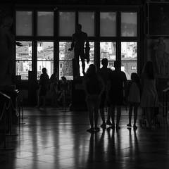 admiration (objet introuvable) Tags: noiretblanc nb blackandwhite bw musée fenêtre window contrast contraste contrejour ombres shadow lumière light lignes florence firenze summer été