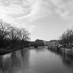Kanalen (rotabaga) Tags: sverige sweden svartvitt göteborg gothenburg lomo lomography lubitel166 tmax400 twinlens mediumformat mellanformat 120 6x6 diy