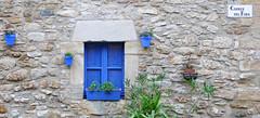 PERATALLADA - CARRER DEL FORN (Joan Biarnés) Tags: peratallada baixempordà girona catalunya 293 panasonicfz1000 carrerdelforn finestra ventana blau azul
